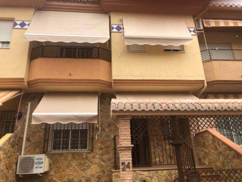 Toldos de punto recto en ventanas y toldo stor en balcón